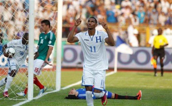 El jugador de Honduras, Jerry Bengston, festeja un gol contra México en las eliminatorias mundialistas el viernes, 22 de marzo de 2013, en San Pedro Sula, Honduras. (AP Photo/Esteban Felix)