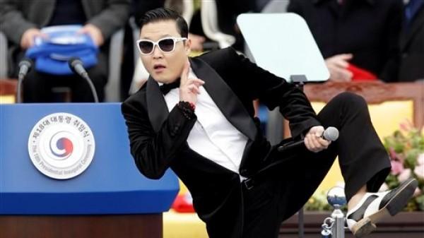 El rapero sudcoreano PSY durante una presentación en la ceremonia inaugural del presidente Park Geun  en la Asamblea Nacional en Seúl, Corea del Sur, el 25 de febrero de 2013. PSY tiene un pícaro imitador, Hwang Min-woo de 7 años quien es apodado el ?Pequeño PSY?. Min-woo lanzará una canción electrónica la próxima semana en iTunes y dice que quiere tener fama mundial como su ?hermano mayor? PSY. (Foto AP/Lee Jin-man, archivo)