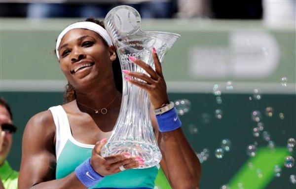 La estadounidense Serena Williams levanta el trofeo de campeona del Masters de Miami tras vencer a Maria Sharapova el sábado, 30 de marzo de 2013, en Cayo  Vizcaíno, Florida. (AP Photo/Lynne Sladky)