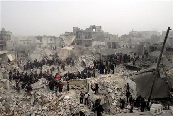 Esta fotografía de periodismo ciudadano proporcionada por el Aleppo Media Center (AMC), cuya autenticidad ha sido comprobada en base a su contenido y otra labor periodística de la AP, muestra a personas que registran los escombros de edificios destruidos tras un ataque de las fuerzas gubernamentales sirias, en el vecindario de Jabal Bedro,en la ciudad de Alepo, Siria, el martes 19 de febrero de 2016. (Foto AP/Aleppo Media Center AMC)