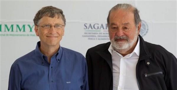 El presidente de Microsoft Bill Gates (izquierda) y el magnate mexicano de las telecomunicaciones Carlos Slim posan para los fotógrafos durante la inauguración de una nueva unidad de biotecnología del Centro Internacional para la Mejoramiento del Maíz y Trigo (CIMMYT) en Texcoco, México, el miércoles 13 de febrero de 2013. (Foto AP/Eduardo Verdugo)