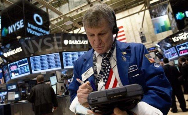 El corredor bursátil Richard Newman trabaja en la Bolsa de Valores de Nueva York el viernes 8 de marzo del 2013. El índice Dow Jones volvió a cerrar en alza, por octava sesión consecutiva, la más prolongada en dos años, el martes 12 de marzo del 2013. (Foto AP/Richard Drew)