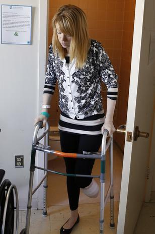 Adrianne, quien da clases de baile en los Estudios de Baile Arthur Murray, se encuentra por ahora internada en el Hospital de Rehabilitación de Boston.