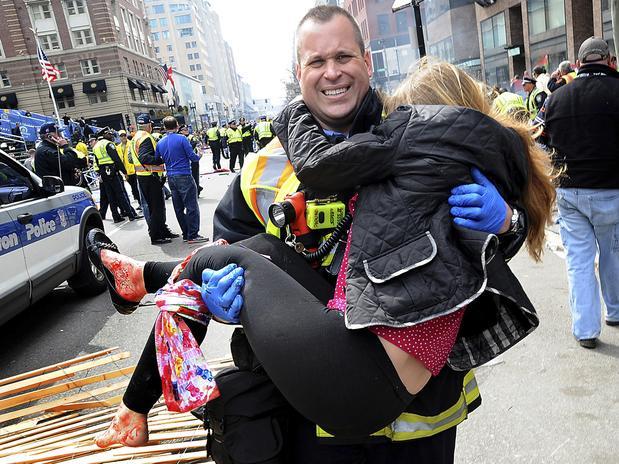 Adrianne fue alcanzada por la explosión de la segunda bomba durante el evento deportivo. La onda expansiva lanzó por el aire a esta mujer y a su esposo, quienes cayeron heridos al suelo. Un día después amaneció en el hospital ya sin una de sus piernas. La explosión destruyó el 80% del hueso y del músculo de su pie y tobillo izquierdos