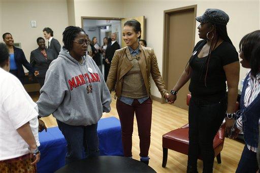 """La cantante Alicia Keys participa en una oración con mujeres VIH positivo al visitar un grupo de apoyo para mujeres con VIH en el Centro Médico Unido en Washington, el lunes 15 de abril de 2013. Keys trabaja con la Fundación Familia Kaiser en la campaña """"Empowered"""" para educar a mujeres sobre VIH y sida. (Foto AP /Charles Dharapak)"""