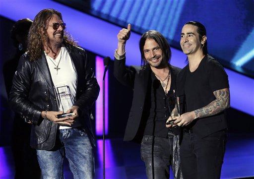 """El grupo Maná recibe el Premio Billboard de la Música Latina al dúo o grupo """"Latin Pop"""" del año, álbum en Coral Gables, Florida, el jueves 25 de mayo del 2013. (AP Foto/Alan Díaz)"""