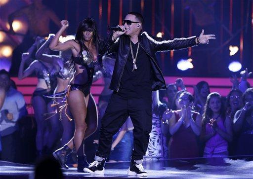 Daddy Yankees inaugura la ceremonia de los Premios Billboard de la Música Latina, en Coral Gables, Florida, el jueves 25 de mayo del 2013. (AP Foto/Alan Díaz)