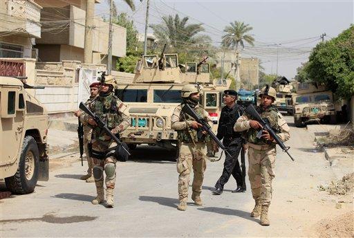 Soldados iraquíes recorren el distrito de Adhamiya en Bagdad, Irak, el jueves 18 de abril de 2013. Un atacante suicida detonó el jueves un artefacto explosivo en un concurrido café del oeste de Bagdad, causando la muerte de por lo menos 26 personas. (Foto AP/Karim Kadim)