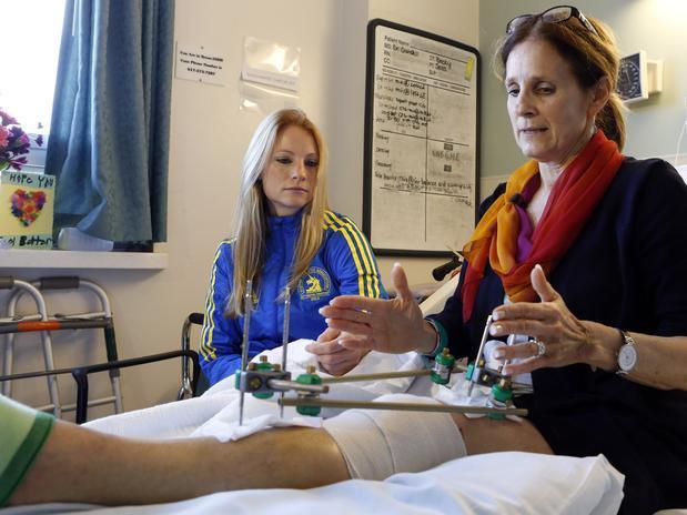 En otro caso, Bet Roche también fue gravemente herida en las piernas por una de las bombas que explotaron en la recta final de la maratón de Boston.