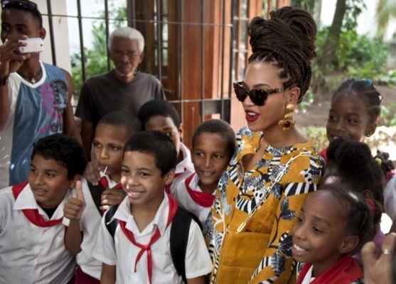 Beyonce se toma fotos con niños cubanos en su visita a la Isla por el quinto aniversario de su matrimonio.