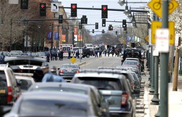 Oficiales registran una zona en la calle Arsenal en Watertown, Massachusetts, el viernes, 19 de abril de 2013, buscando a uno de los sospechosos del atentado en el Maratón de Boston. (AP Photo/Julio Cortez)