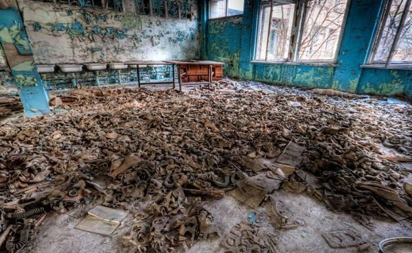 Cientos de mascaras antigas abandonadas en una escuela en Chernobil.