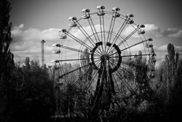 El fatídico accidente nuclear de Chernobyl obligó a los habitantes de Pripyat a abandonar su ciudad a la carrera dejando tras de sí absolutamente todo. Las descoloridas atracciones de feria todavía destacan sobre el fondo gris de una ciudad muerta.