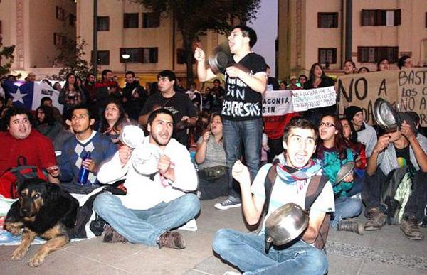 """Manifestantes realizan """"cacerolazo"""" frente al Palacio de La Moneda"""