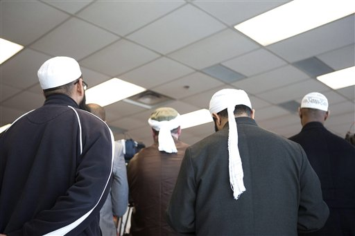 Representantes de la comunidad islámica asisten a una conferencia de prensa en Toronto, Canadá, el lunes 22 de abril de 2013, en la que la policía anuncia el arresto de dos árabes acusados de planear un ataque terrorista contra un tren de pasajeros. (AP Foto/The Canadian Press, Chris Young)