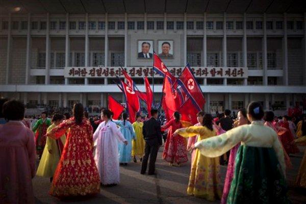 Un hombre al centro supervisa a un grupo de bailarinas durante una danza folclórica frente al estadio cerrado de Pyongyang en Pyongyang, Corea del Norte, el lunes 15 de abril de 2013. Los habitantes de Pyongyang salieron a las calles a festejar el natalicio del fundador de la nación, Kim Il Sung, una efeméride nacional. (AP Foto/Alexander F. Yuan)
