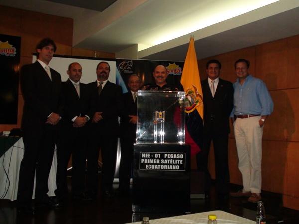 El NEE-01 PEGASO, el primer satélite ecuatoriano y sus creadores:  Ronnie Nader, Sidney Drouet, Hector Carrion, Ricardo Allú, y Manuel Uriguen