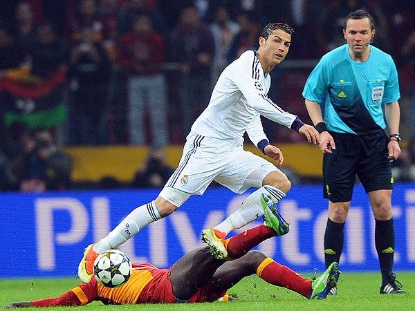 Cristiano Ronaldo pelea una bola, contra un defensa del Galatasaray.