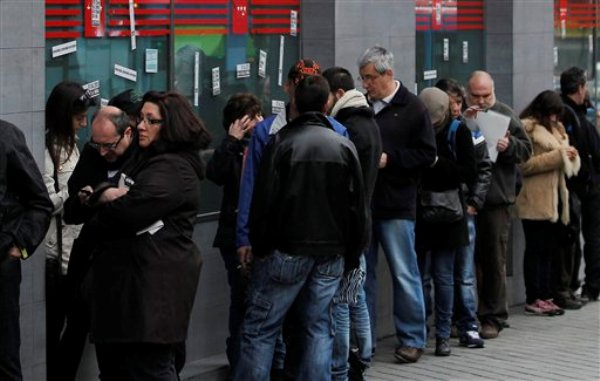 Numerosas personas aguardan afuera de una oficina del desempleo en Madrid, España, el martes 2 de abril de 2013. La desocupación en España afecta a 5,04 millones de personas, según estadísticas oficiales. (AP Foto/Andrés Kudacki)