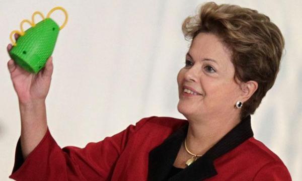 Dilma Rousseff presentando a La Caxirola.