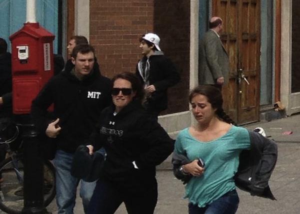 El momento del atentado, mientras todos corren, Dzhokhar camina sereno.