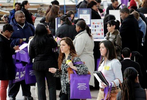 Foto del 14 de marzo del 2013 de personas que buscan empleo en una feria de trabajo en Nueva York. Un nuevo sondeo de Associated Press-GfK indica que sólo uno de cada 4 estadounidenses cree que su situación económica mejorará en un año. (Foto AP/Mark Lennihan)