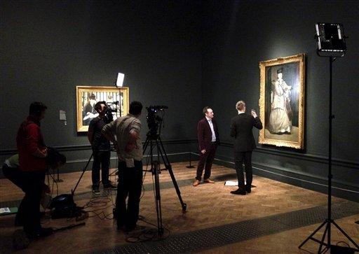 Un equipo de producción filma un documental sobre los retratos de Edouard Manet en la Academia Real de Artes en Londres en una fotografía de enero de 2013. El 11 de abril BY Experience, la empresa detrás de las transmisiones en vivo de la Opera Metropolitana de Nueva York en cines, lanzará su proyecto de proyección de documentales sobre exposiciones de arte de todo el mundo. (Foto AP/Phil Grabsky Films)