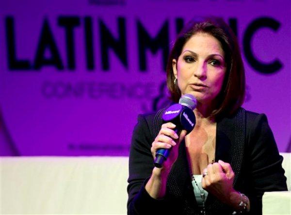 Gloria Estefan durante una sesión de preguntas y respuestas en la Conferencia Billboard de la Música Latina en Miami, el miércoles 24 de abril de 2013. Estefan dijo que está preparando un disco con canciones en inglés y español que saldrá para finales del año. (Foto AP/J Pat Carter)