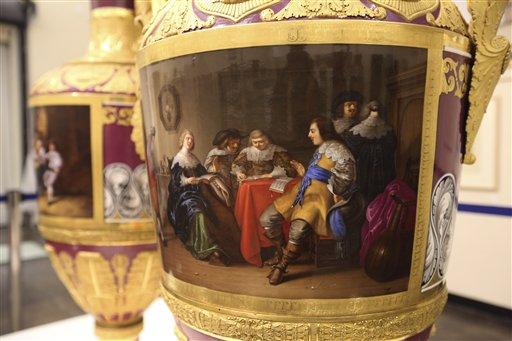 Detalle de un raro jarrón ruso elaborado en 1833 en la Fábrica Imperial de Porcelana de Rusia, y exhibido en la galería Dallas Auction Gallery, en Texas, el 4 de abril de 2013. Los dos jarrones se vendieron por 2,7 millones de dólares el 11 de abril. (Foto AP/LM Otero)