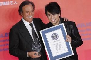 Julio Iglesias recibe el galardón del pianista chino Lang Lang.