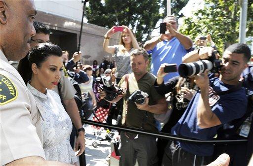 Kim Kardashian sale de la Corte Superior de Los Angeles tras una audiencia por su divorcio de Kris Humphries, el viernes 12 de abril de 2013. Humphries, alero de los Nets de Brooklyn no asistió a la audiencia. (Foto AP/Reed Saxon)