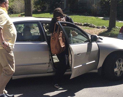Katherine Russell Tsarnaev, esposa de Tamerlan Tsarnaev, el sospechoso muerto tras los bombazos en Boston, baja de un coche en la casa de los padres de ella en North Kingstown, Rhode Island, el domingo 21 de abril de 2013. A la izquierda el padre de ella, Warren Russell. Las autoridades han pedido hablar con Katherine Russell. (AP Foto/Katie Zezima)