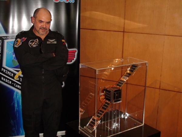 El NEE-01 PEGASO, el primer satélite ecuatoriano y su mentor Ronnie Nader, primer cosmonauta Ecuatoriano.