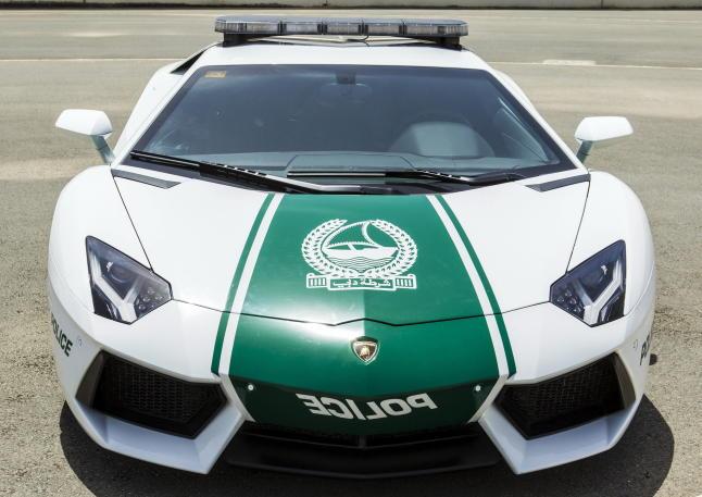 DUBAI, 11/04/2013.- Imagen cedida por la oficina de la Policía de Dubai, que muestra al Lamborghini Aventador, el nuevo coche que usará la policía de Dubai, Emiratos Árabes Unidos hoy, jueves 11 de abril de 2013. Este modelo, valorado en 420.000 euros, puede alcanzar los 349 km/h. EFE/Policía de Dubai
