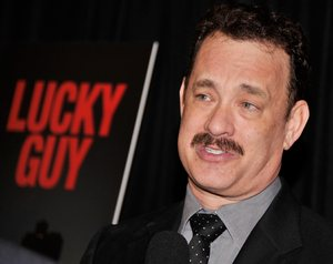 Tom Hanks de 56 años, interpreta a Mike McAlary.