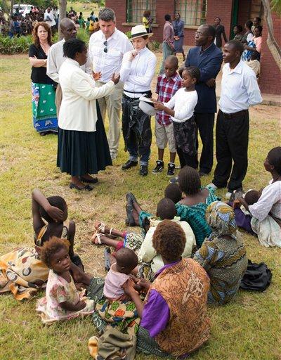 Madonna, centro, durante un recorrido por el orfanato Mphandura cerca de Lilongüe, Malaui, el viernes 5 de abril de 2013. (Foto AP/Thoko Chikondi)