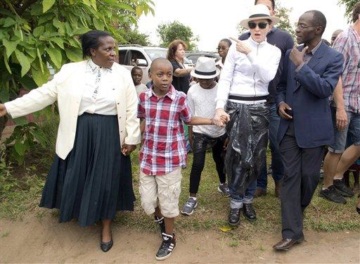 Madonna y sus hijos David Banda, centro, y Mercy James durante un recorrido por el orfanato Mphandura cerca de Lilongüe, Malaui, el viernes 5 de abril de 2013. (Foto AP/Thoko Chikondi)