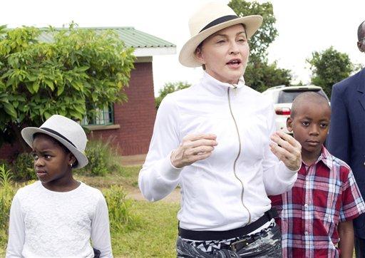 Madonna y sus hijos David Banda, derecha, y Mercy James durante un recorrido por el orfanato Mphandura cerca de Lilongüe, Malaui, el viernes 5 de abril de 2013. (Foto AP/Thoko Chikondi)