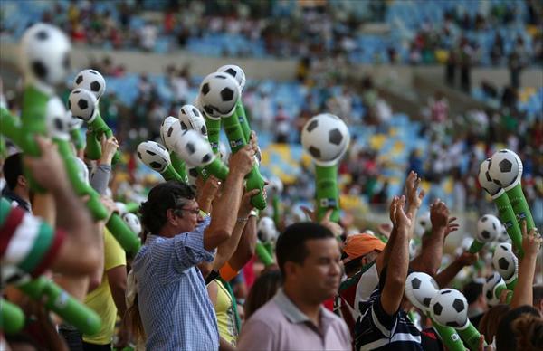 El mítico Maracaná, en un lleno espectacular, en un partido amistoso entre los amigos de Ronaldo y Bebeto.