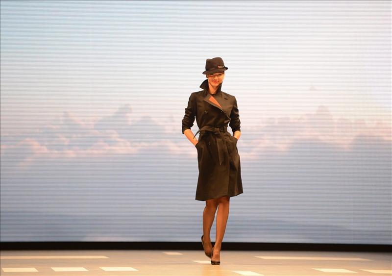 Miranda Kerr posando el nuevo uniforme que será usado por la aereolina Qantas, diseñadas por Martin Grant