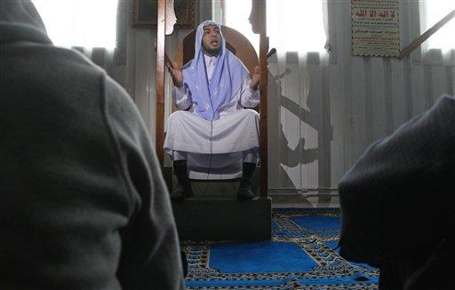 En esta fotografía tomada el viernes 26 de abril de 2013, el imán Mohamed el Tamamy predica en una mezquita de Bruselas. En diversas partes de Europa, decenas de jóvenes islamistas han respondido al llamado para tomar las armas y luchar contra el régimen sirio, una causa que está a sólo unas horas de vuelo. (Foto AP/Yves Logghe)