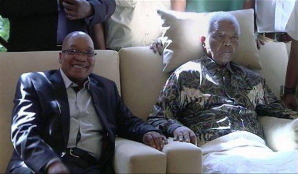En esta imagen tomada de video, el presidente de Sudáfrica Jacob Zuma, izquierda, se sienta al lado de Nelson Mandela el lunes 29 de abril de 2013, más de tres semanas después de que fue dado de alta del hospital. (Foto AP/SABC TV)