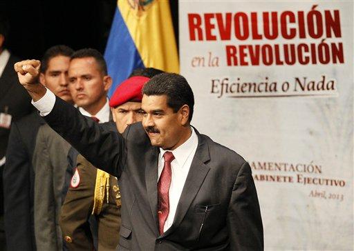 El presidente venezolano Nicolás Maduro levanta un puño durante una ceremonia en Caracas, el lunes 22 de abril de 2013. El viernes 26, Maduro anunció que viajará a Cuba para ratificar la alianza estratégica entre ambos países (AP Foto/Ariana Cubillos)