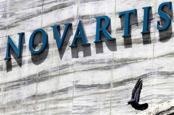 Letrero de Novartis afuera de las oficinas centrales de esta farmacéutica suiza en Mumbai, India, el lunes 1 de abril de 2013. La Corte Suprema de India rechazó el lunes el intento de Novartis de patentar una nueva versión del medicamento contra el cáncer Glivec. (AP Foto/Rafiq Maqbool)