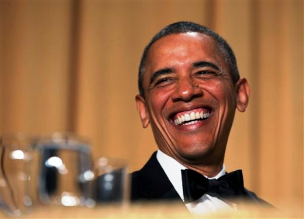 El presidente Barack Obama ríe durante la cena con la Asociación de Corresponsales ante la Casa Blanca en el Hotel Washington Hilton, el sábado 27 de abril de 2013, en Washington. (Foto AP/Carolyn Kaster)