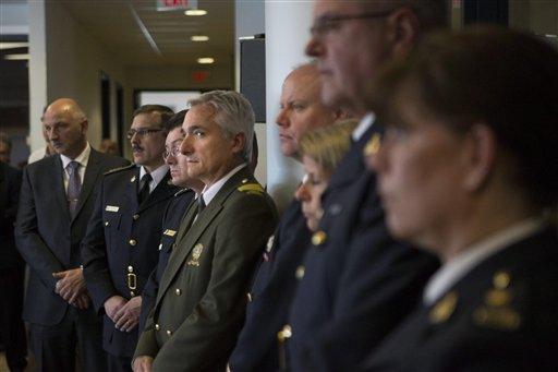 Oficiales de varias agencias de seguridad de Canadá se reúnen para dar una conferencia en Toronto el lunes 22 de abril de 2013 para informar del arresto de dos hombres acusados de planear un ataque terrorista contra un tren de pasajeros de Canadá. (Foto AP/The Canadian Press, Chris Young)
