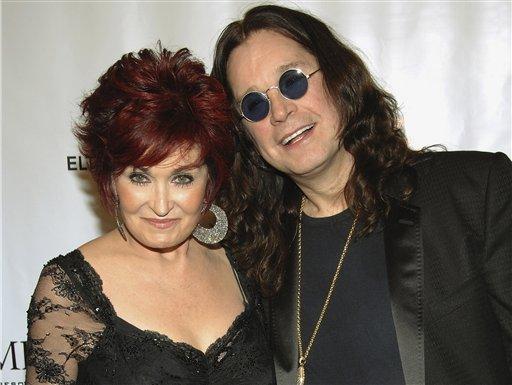 Sharon y Ozzy Osbourne posan al llegar a una gala benéfica de la Fundación de Elton John para el SIDA, el 25 de septiembre del 2007 en Nueva York. Osbourne negó el martes 16 de abril del 2013 rumores de que él y Sharon se estén divorciando, y se disculpó con su familia por haber recaído en las drogas y el alcohol. (AP Foto/Evan Agostini)