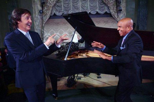 Paul McCartney, izquierda, y Berry Gordy frente a una piano Steinway restaurado de 1877 durante una gala a beneficio del Museo Motown en Steinway Hall en Nueva York. El piano en el que tocaron los grandes de Motown durante la cumbre del sello discográficofue restaurado gracias a la ayuda de McCartney y regresó al museo el 1 de abril de 2013. (Foto AP/Motown Museum, Shahar Azran, archivo) MANDATORY CREDIT