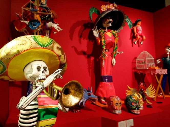 Entre otras de las piezas en exposición se encuentran estas figuras representativas del Día de los Muertos celebrado en México.