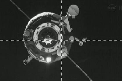 La Progress M-19M apunto de acoplarse con la ISS. Se aprecia la antena no desplegada en la parte inferior (NASA TV).